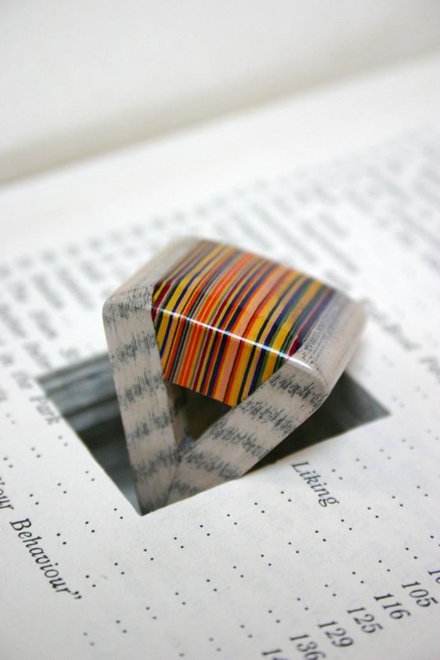Designer transforma livro em joias